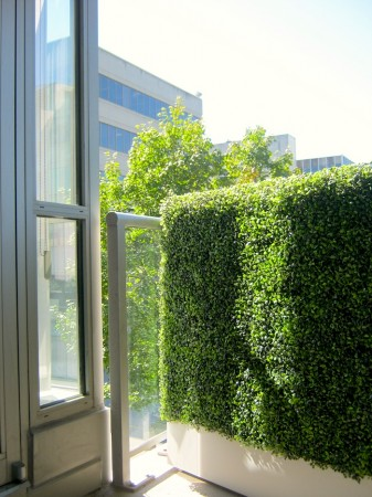 Balcony privacy screen boxwood greenscape for Low balcony wall